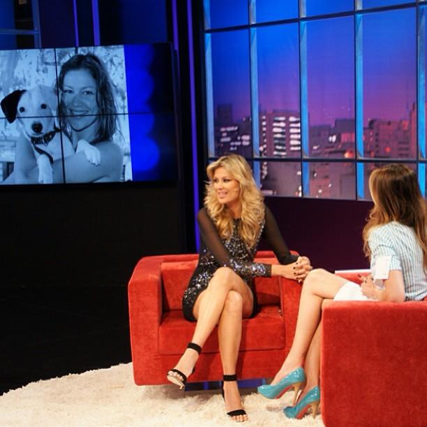 """"""" #nofilter Eu, a queridíssima @lucianagimenez e meu bebê Pluft. Hj a noite no Luciana By night. Depois me contem se foi legal, pois estou fora do Brasil. """" Ellen postou em seu instagram."""