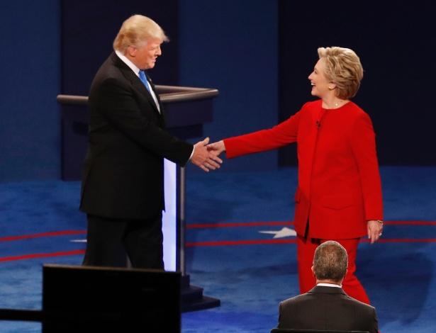 donald-trump-e-hillary-clinton-se-cumprimentam-no-inicio-do-primeiro-debate-presidencial-nos-eua-1474938703987_615x470.jpg