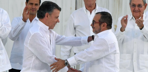 26set2016---o-presidente-da-colombia-juan-manuel-santos-e-o-lider-das-farc-timoleon-jimenez-ou-timochenko-apertam-as-maos-apos-assinatura-do-acordo-de-paz-em-cartagena-na-colombia-1474930370941_615x300.jpg